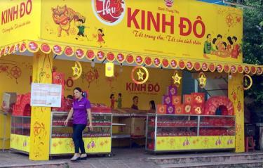 Một quầy bánh Trung thu Kinh Đô phục vụ người dân tại thành phố Yên Bái.