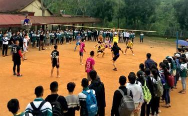 Đoàn viên thanh niên Trường Trung học phổ thông Hồng Quang tích cực tham gia thi đấu thể thao.