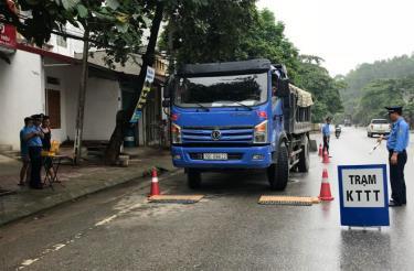 Lực lượng thanh tra giao thông cân kiểm tra tải trọng phương tiện.