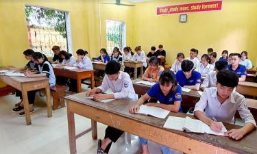 Giờ ôn tập môn Ngữ Văn của học sinh Trường THPT Hoàng Văn Thụ, huyện Lục Yên.