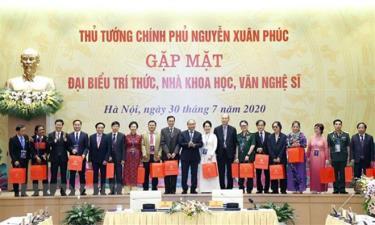 Thủ tướng Nguyễn Xuân Phúc gặp mặt đại biểu tri thức, nhà khoa học, văn nghệ sỹ.