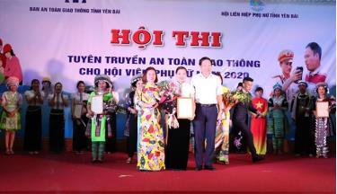 Ban tổ chức trao giải Nhất cho đội Hội Liên hiệp Phụ nữ thị xã Nghĩa Lộ.