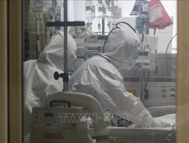Nhân viên y tế chăm sóc bệnh nhân mắc COVID-19 tại một bệnh viện ở Daegu, Hàn Quốc ngày 18/3/2020.