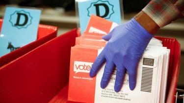 Các phong thư chứa phiếu bầu của cử tri bang Washington trong cuộc bầu cử sơ bộ tháng 3/2020.