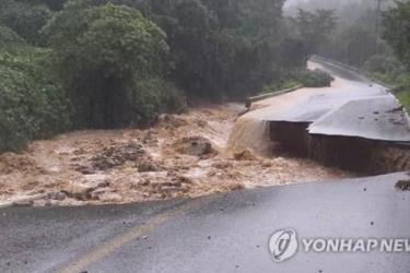 Mưa lớn gây lũ lụt và sạt lở đất khiến ít nhất 13 người Hàn Quốc chết và mất tích.