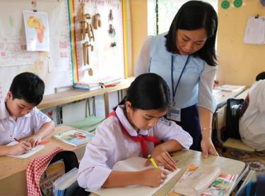 Cô giáo Lường Thị Tâm hướng dẫn học sinh làm bài tập toán.