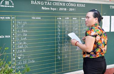Cán bộ Trường Mầm non xã Đại Phác (Văn Yên) công khai thực đơn bữa ăn của trẻ theo từng ngày.