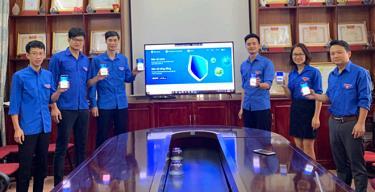 Cán bộ Tỉnh đoàn Yên Bái tích cực cài đặt ứng dụng Bluezone - ứng dụng hỗ trợ phát hiện, truy vết nhanh những người có nguy cơ lây nhiễm COVID-19 trên điện thoại thông minh. (Ảnh: Thu Trang)
