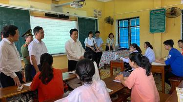 Thứ trưởng Bộ GD&ĐT Nguyễn Hữu Độ cùng các đồng chí lãnh đạo tỉnh, lãnh đạo Sở GD&ĐT kiểm tra công tác chuẩn bị cho Kỳ thi tốt nghiệp THPT tại Trường THPT Thác Bà, huyện Yên Bình.
