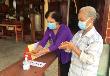 Người dân đến chiêm bái, thực hành tín ngưỡng tại chùa Linh Long, phường Yên Ninh, thành phố Yên Bái thực hiện tốt quy định đeo khẩu trang và rửa tay sát khuẩn.