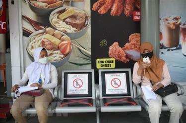 Người dân đeo khẩu trang và thực hiện giãn cách xã hội phòng lây nhiễm COVID-19 tại Jakarta, Indonesia.