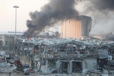 Cột khói cao bốc lên từ vụ nổ.