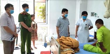 đồng chí Hoàng Xuân Đán – Chủ tịch UBND thành phố thăm, động viên anh Nguyễn Hữu Tình tại Bệnh viện Đa khoa tỉnh Yên Bái