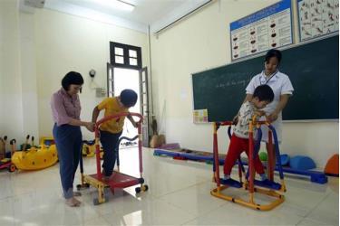Tập phục hồi chức năng cho các học sinh khuyết tật tại trường phục hồi chức năng và dạy nghề cho người khuyết tật huyện Tiên Lữ.