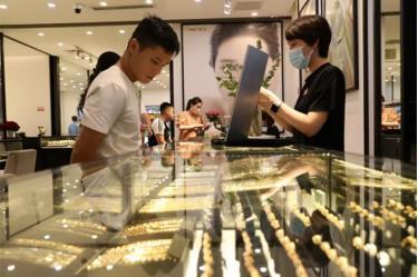Khách đến giao dịch tại một cửa hàng vàng.