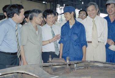 Tổng Bí thư Lê Khả Phiêu thăm hỏi công nhân phân xưởng đóng mới nhà máy xe lửa Gia Lâm, ngày 27/8/2000.