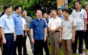 Chủ tịch UBND tỉnh Đỗ Đức Duy (thứ ba từ trái sang) mong muốn người dân Lục Yên đồng thuận hiến đất làm đường.