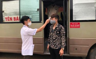 Đo thân nhiệt lái xe và hành khách trên xe khách tại các chốt kiểm dịch y tế liên ngành