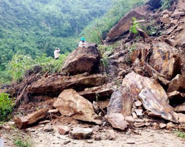 Ảnh hưởng của hoãn lữu cơn bão số 2, một số điểm trên tuyến đường Phình Hồ - Làng Nhì đã bị sạt lở với khối lượng lớn.