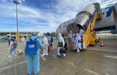 Ngay sau khi hạ cánh xuống sân bay quốc tế Cần Thơ, những người tham gia chuyến bay đã được giám sát y tế và cách ly tập trung theo đúng quy định.