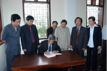 Nguyên Tổng Bí thư Lê Khả Phiêu ghi sổ lưu niệm tại nhà Tổng Bí thư Lê Hồng Phong.