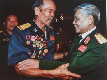 Trong cuộc đời binh nghiệp của mình, Tổng Bí thư Lê Khả Phiêu gia nhập quân đội từ năm 1950, khi ông mới 19 tuổi. Trưởng thành từ một binh nhì, với những chiến công xuất sắc, ông dần lên đến vị trí Chủ nhiệm Tổng cục Chính trị Quân đội Nhân dân Việt Nam, hàm Thượng tướng.