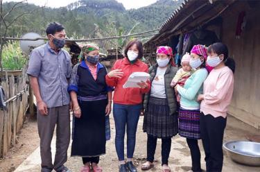 Cán bộ Hội Liên hiệp Phụ nữ huyện Mù Cang Chải tuyên truyền pháp luật cho hội viên và người dân. (Ảnh: Minh Huyền)