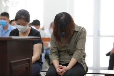 Bị cáo Nguyễn Thị Thủy cúi đầu khóc tại tòa vì cho rằng án sơ thẩm quá nặng.
