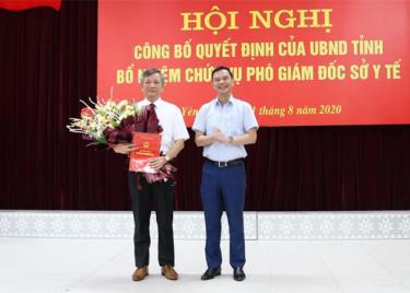 Đồng chí Dương Văn Tiến - Phó Chủ tịch UBND tỉnh Yên Bái trao Quyết định và tặng hoa chúc mừng tân Phó Giám đốc Sở Y tế Đặng Đình Thắng