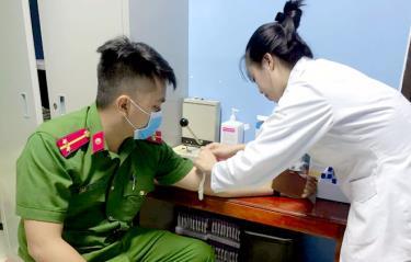 Cán bộ, chiến sĩ Công an tỉnh tham gia hiến máu cứu người tại Bệnh viện Đa khoa tỉnh Yên Bái.