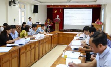 Các cán bộ được hướng dẫn quy trình rà soát người nhiễm HIV/AIDS tại xã, phường.