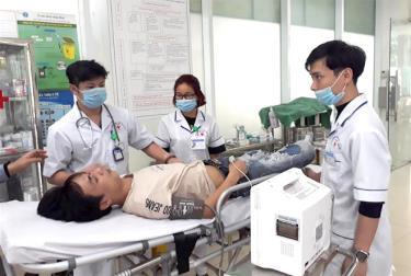 Bệnh nhân đột quỵ cần được đưa đi cấp cứu kịp thời tại cơ sở y tế gần nhất.