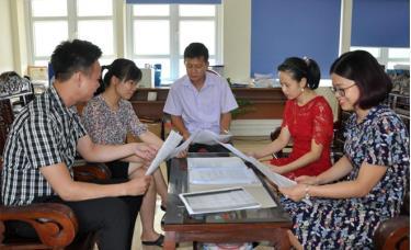 Cán bộ Sở Tư pháp trao đổi, tìm hiểu Luật Xuất cảnh, nhập cảnh của công dân Việt Nam.