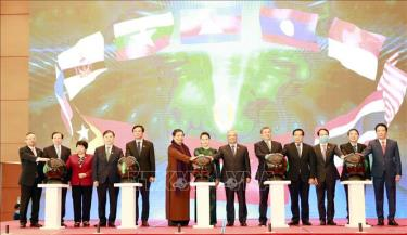 Chủ tịch Quốc hội Nguyễn Thị Kim Ngân và các đại biểu nhấn nút khai trương Trang thông tin điện tử của Năm Chủ tịch AIPA 2020 và Đại hội đồng Liên nghị viện Hiệp hội các nước Đông Nam Á lần thứ 41.