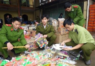 Lực lượng QLTT và các ngành chức năng tịch thu các loại đồ chơi trẻ em không rõ nguồn gốc.