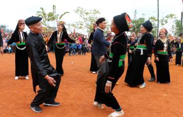 Các nghệ nhân biểu diễn dân vũ trong lễ hội cầu Mùa ở xã Nghĩa Sơn, huyện Văn Chấn, tỉnh Yên Bái. (Ảnh: Thanh Chi)