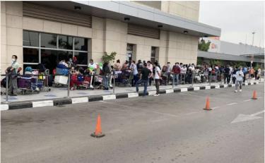 Hành khách chờ đợi lên chuyến bay tại Angola