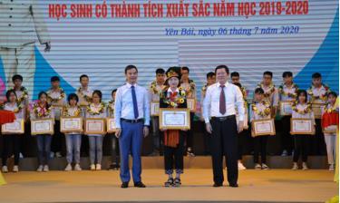 Các đồng chí lãnh đạo tỉnh và Sở Giáo dục & Đào tạo trao thưởng cho các em học sinh có thành tích xuất sắc năm học 2019 - 2020.