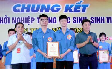The first prize is awarded to Nguyen Anh Kiet and Do Vu Duy Anh from Tran Nhat Duat High School in Yen Binh district.