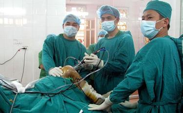 Y bác sĩ Bệnh viện Hữu nghị Việt Đức và Bệnh viện Đa khoa khu vực Nghĩa Lộ thực hiện ca phẫu thuật nội soi khớp gối.
