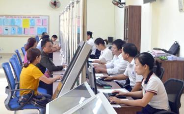 Bộ phận Phục vụ hành chính công huyện Văn Chấn giải quyết thủ tục hành chính cho người dân.