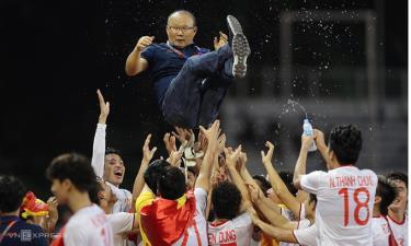HLV Park Hang-seo và cầu thủ Việt Nam ăn mừng sau trận chung kết SEA Games 30 tại Philippines.