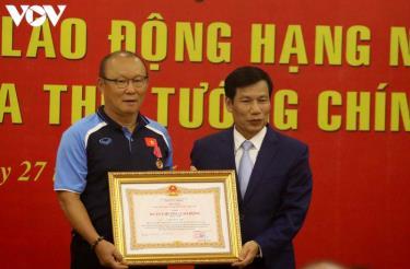 HLV Park Hang Seo nhận Huân chương Lao động hạng Nhì từ ông Nguyễn Ngọc Thiện, Ủy viên Trung ương Đàng, Bộ trưởng Bộ Văn hóa, Thể thao và Du lịch, Chủ tịch Uỷ ban Olympic Việt Nam.