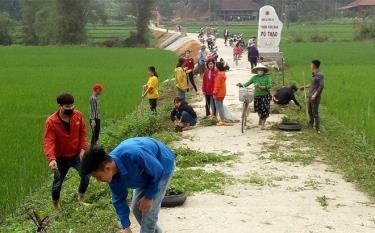Người dân xã Vĩnh Lạc dọn vệ sinh môi trường, giữ gìn đường làng, ngõ xóm luôn sạch đẹp.