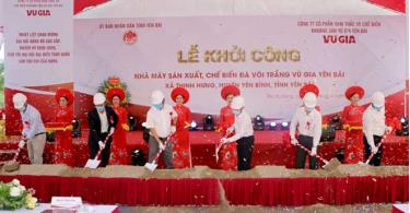 Officials of the province and Yen Binh district, and representatives from the Vu Gia Yen Bai company and the contractor of the project attend the groundbreaking ceremony for the project.