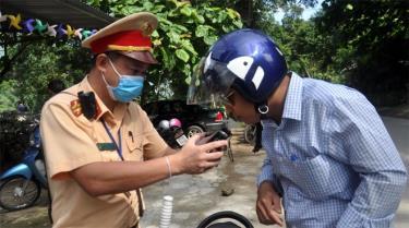 Đội cảnh sát giao thông (CSGT) số 4, Phòng CSGT, Công an tỉnh kiểm tra nồng độ cồn người điều khiển phương tiện tham gia giao thông đường bộ