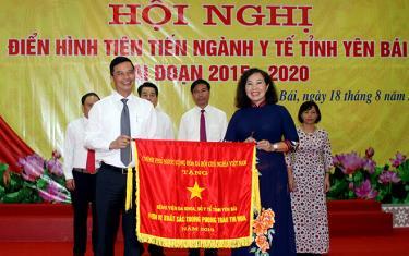 Thừa ủy quyền, Phó Chủ tịch UBND tỉnh Dương Văn Tiến trao Cờ thi đua của Thủ tướng Chính phủ cho Bệnh viện Đa khoa tỉnh Yên Bái.