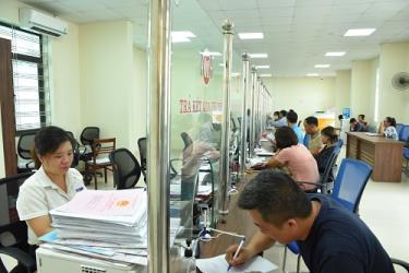 Người dân đến giao dịch tại Bộ phận phục vụ hành chính công huyện Lục Yên