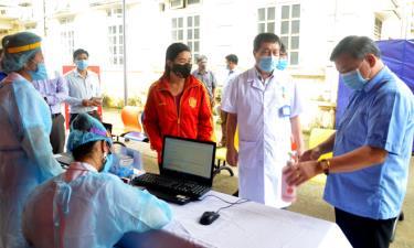 Đồng chí Phó Bí thư Thường trực Tỉnh ủy Dương Văn Thống kiểm tra công tác phòng, chống dịch COVID-19 tại Trung tâm Y tế Văn Chấn.