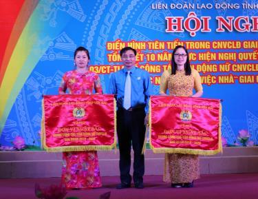 Đồng chí Nguyễn Chương Phát -Chủ tịch LĐLĐ tỉnh tặng Cờ thi đua xuất sắc trong công tác vận động nữ CNVCLĐ và phong trào thi đua